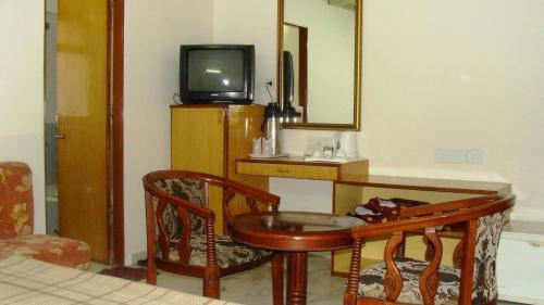 Телевизор и/или развлекательный центр в Madhuvan Hotel