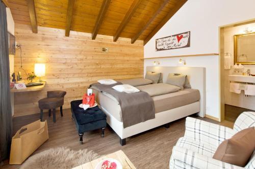 Ein Bett oder Betten in einem Zimmer der Unterkunft Hotel Restaurant Bürchnerhof