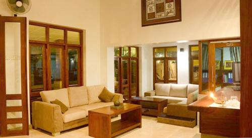 A seating area at Inlak Garden Hotel