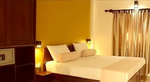 A bed or beds in a room at Inlak Garden Hotel
