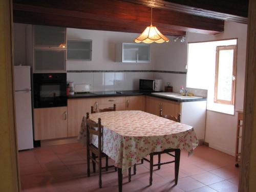 A kitchen or kitchenette at Tavaud