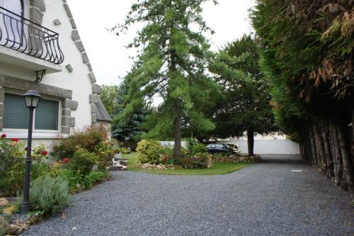 A garden outside Bed & Breakfast Crosne Plazza & Spa