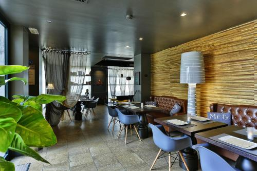 A restaurant or other place to eat at Elite Hotel Residence