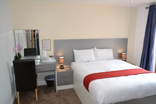 A bed or beds in a room at Heathrow Traveller B & B