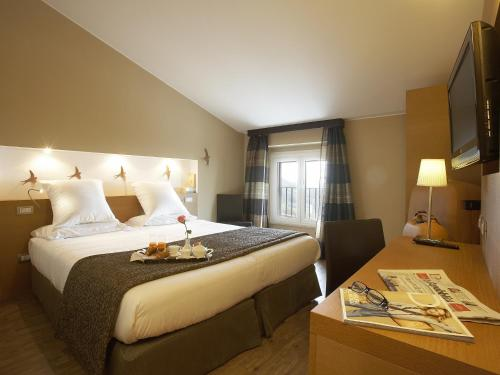 A bed or beds in a room at Hotel Porta Nuova