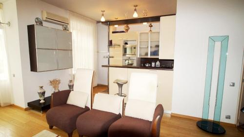 A seating area at Apartment Expert-City New Arbat