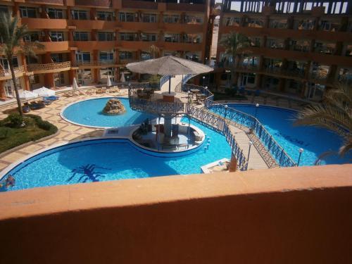 منظر المسبح في أواسيس ريزورت للشقق الفندقية او بالجوار