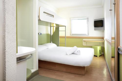 A bed or beds in a room at ibis budget Portsmouth