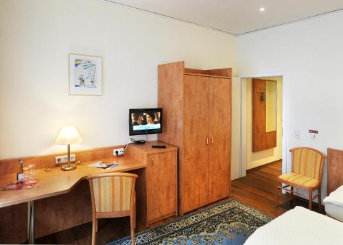 A television and/or entertainment center at Hotel Herzog Garni