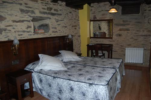 A bed or beds in a room at Pacio do Sil