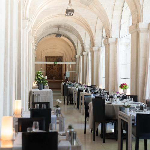 A restaurant or other place to eat at Hôtel Cloitre Saint Louis Avignon