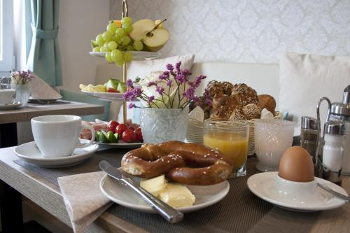 Breakfast options available to guests at Hotel Claro Garni