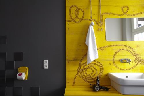 Um banheiro em Superbude Hotel Hostel St.Pauli