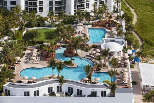 Вид на бассейн в Trump International Beach Resort или окрестностях