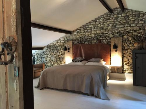 A bed or beds in a room at Bassiviere Barn Chic