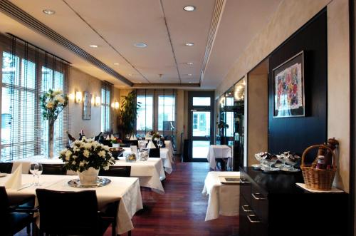 A restaurant or other place to eat at Hotel Restaurant Ochsen