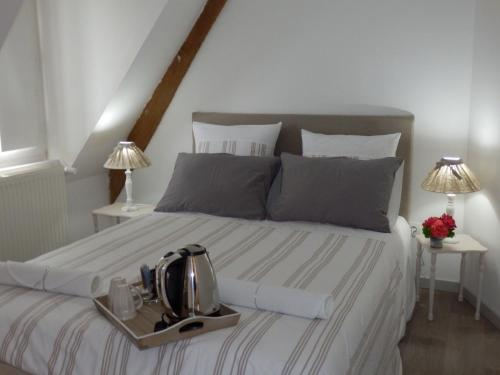 A bed or beds in a room at Au Presbytère de Dagmar
