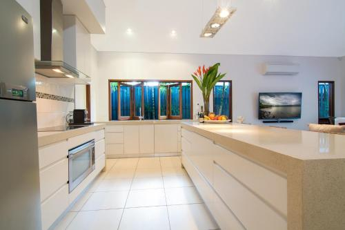 A kitchen or kitchenette at Sisanya Home