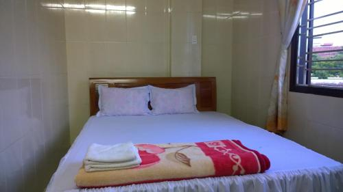 A bed or beds in a room at Phu Hiep Guesthouse