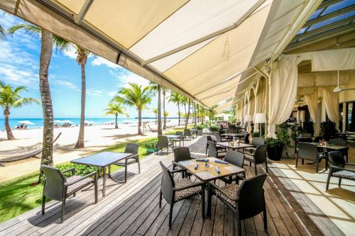 A restaurant or other place to eat at Courtyard by Marriott Isla Verde Beach Resort