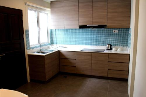 A kitchen or kitchenette at Riverside Residence by Gina Suite
