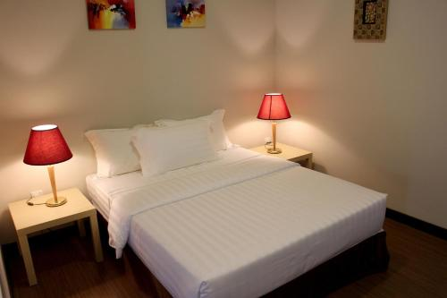 A bed or beds in a room at Riverside Residence by Gina Suite