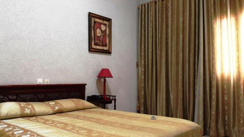 A bed or beds in a room at Hotel Hibiscus Blvd Triomphal