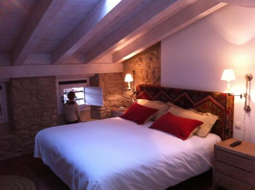 A bed or beds in a room at Hotel El Cerco