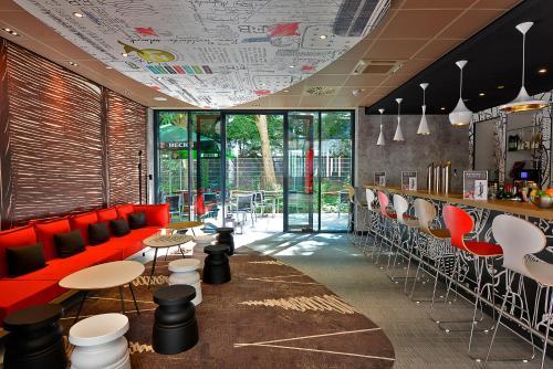 El salón o zona de bar de Ibis Muenchen City Ost