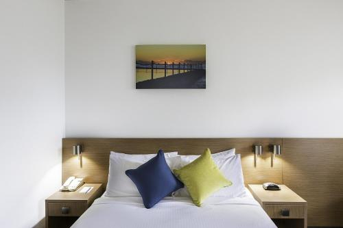 A bed or beds in a room at Metro Hotel Miranda