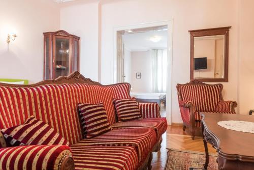 A seating area at Apartment Dobrinjska
