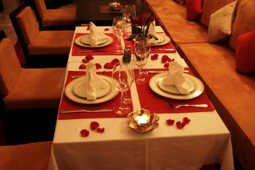 Un restaurante o sitio para comer en Riad Diana