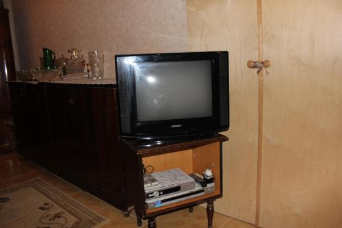 Uma TV ou centro de entretenimento em Khazar Guest House in Old City