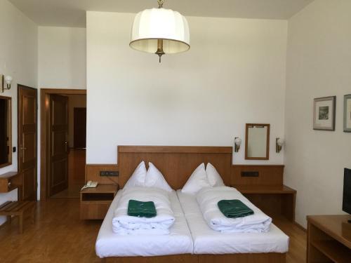 Ein Bett oder Betten in einem Zimmer der Unterkunft See-Hotel Post am Attersee