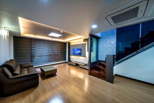 A seating area at Sanbangsanae Resort