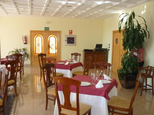 A restaurant or other place to eat at Manrique de Lara