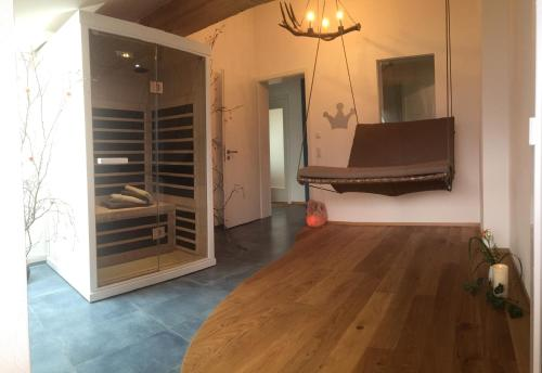 A television and/or entertainment center at Alpenglück de Luxe Ferienwohnung am Forggensee