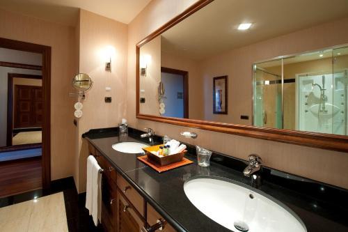 A bathroom at Elba Estepona Gran Hotel & Thalasso Spa