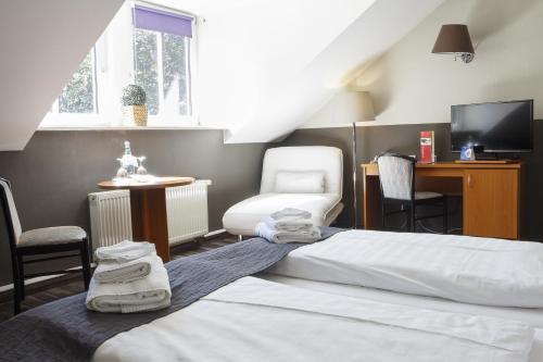 Ein Bett oder Betten in einem Zimmer der Unterkunft Dresdner Hof