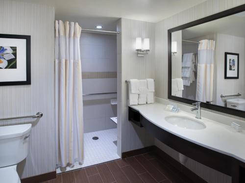 A bathroom at Hilton Garden Inn Chicago Downtown Riverwalk