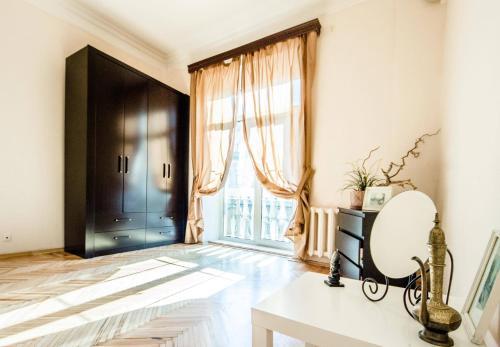 Кровать или кровати в номере Venetian art Nouveau flat Prospekt Mira