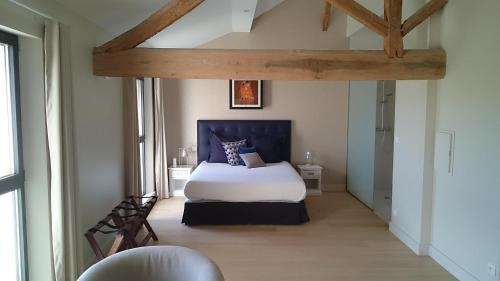 A bed or beds in a room at L'atelier De Dégustation