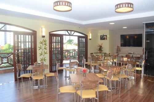 A restaurant or other place to eat at Vitória Praia Hotel