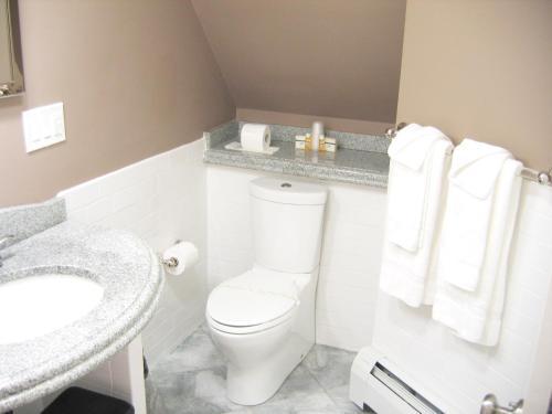 A bathroom at Longwood Inn