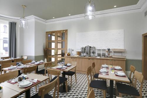 A restaurant or other place to eat at Prince William Hotel