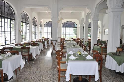 Un restaurante o sitio para comer en Hotel Tequendama Inn Estación
