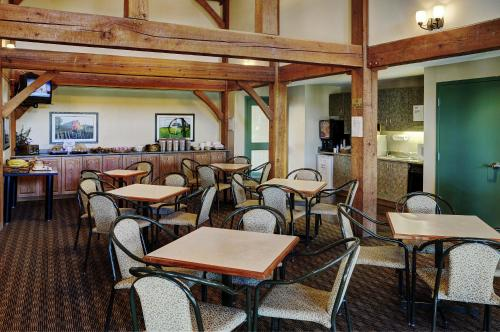 A restaurant or other place to eat at Lakeview Inns & Suites - Okotoks