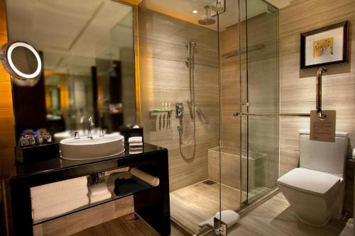 A bathroom at Courtyard By Marriott Shanghai Xujiahui