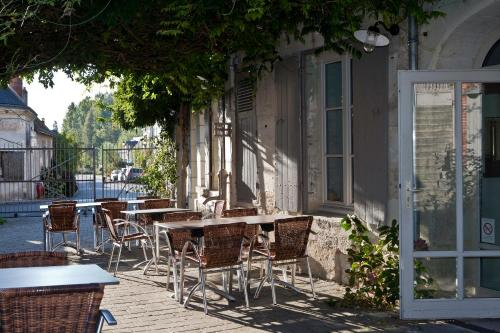 A restaurant or other place to eat at Le Clos aux Roses