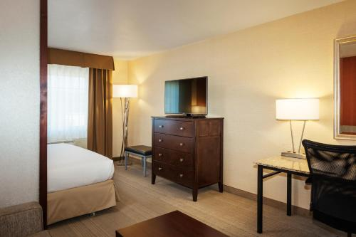 A bed or beds in a room at Holiday Inn Express Pullman